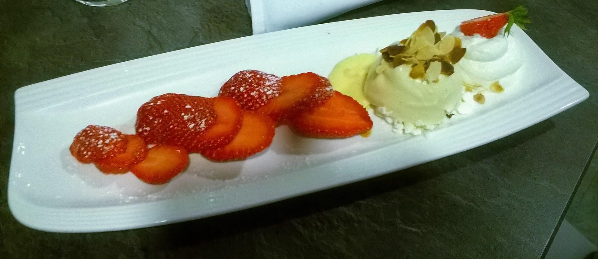 carpaccio de fraises de saison et glace vanille des Givré du cornet (2)