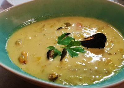 Délice de soupe de moule parfumé au curry