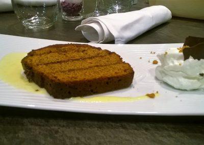 Gâteau pain d'épices et confitures de prunes